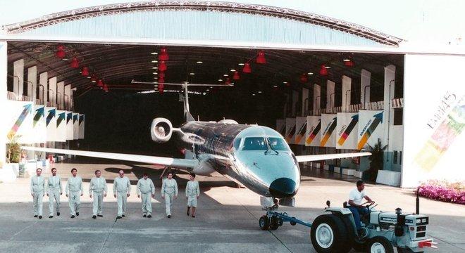 Recuperação da Embraer após a reestruturação foi impulsionada por projetos como o do jato comercial ERJ-145 para 50 passageiros Namoro com a Boeing