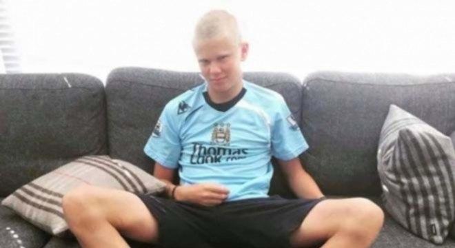 Erling Haaland com a camisa do Manchester City na infância