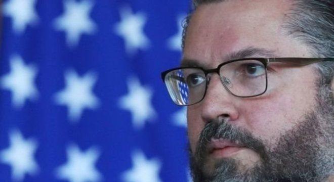 Ernesto Araujo vê com bons olhos indicação de Eduardo Bolsonaro como embaixador
