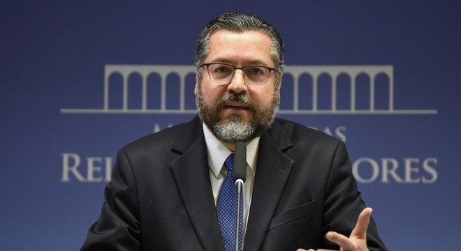 """Ernesto Araujo se diz a favor """"dos direitos humanos reais de pessoas reais"""""""