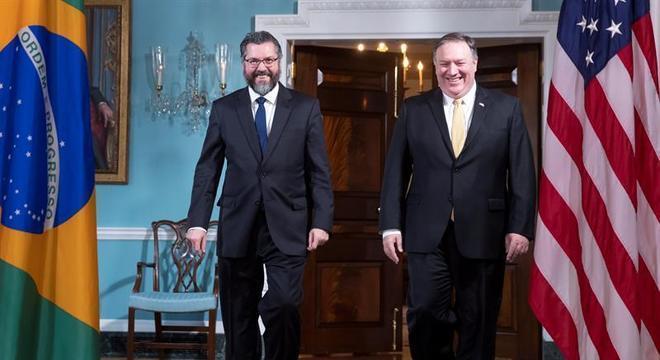 O chanceler Ernesto Araújo e o secretário de Estado dos EUA, Mike Pompeo, em reunião na Casa Branca, nos EUA