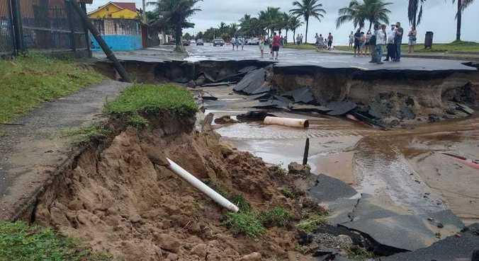 Avenida Mário Covas, que beira a praia, tem quatro pontos de erosão após chuvas