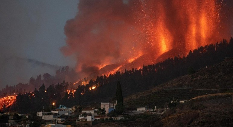 Lava de vulcão nas Ilhas Canárias destrói pelo menos 20 casas - Notícias -  R7 Internacional