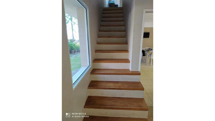 Uma escada apertada leva os residentes de um piso a outro