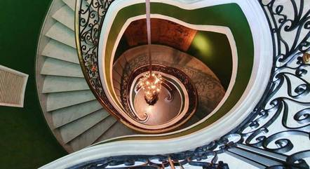 Escadaria luxuosa conecta os pisos
