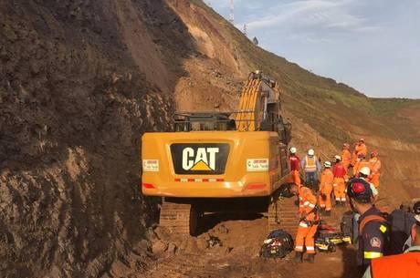 Pessoa foi soterrada após deslizamento de terra