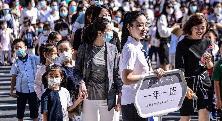Alunos chineses com idade de 6 e 7 anos não vão mais fazer provas escritas nas escolas