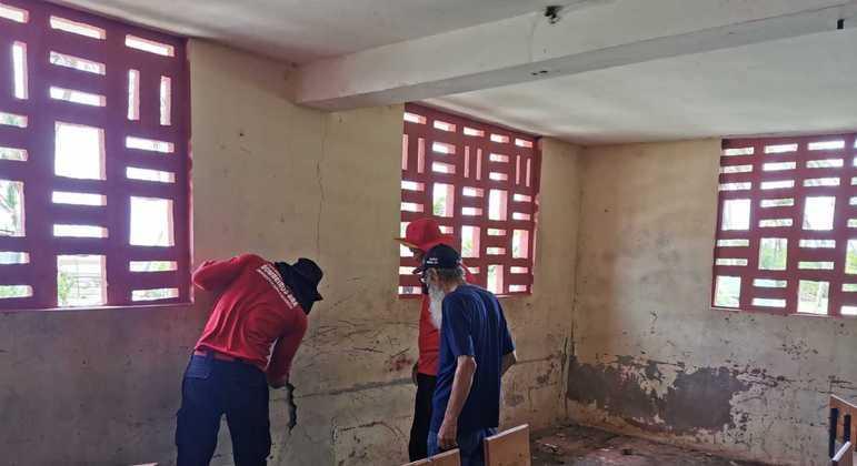 Militares dos bombeiros do DF inspecionam escola atingida por terremoto no Haiti.