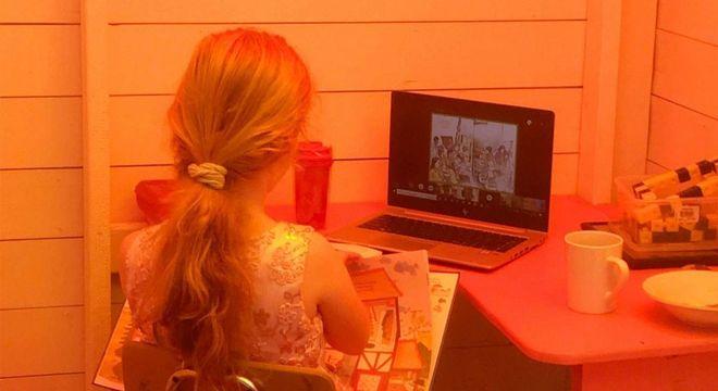 A menina está estudando de uma maneira mais tranquila e sem tantas distrações