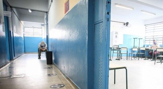 Estratégia visa a reduzir o risco de surtos nas escolas e informar a secretaria
