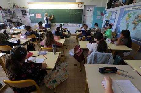 França vai fechar mais 81 escolas por conta da covid