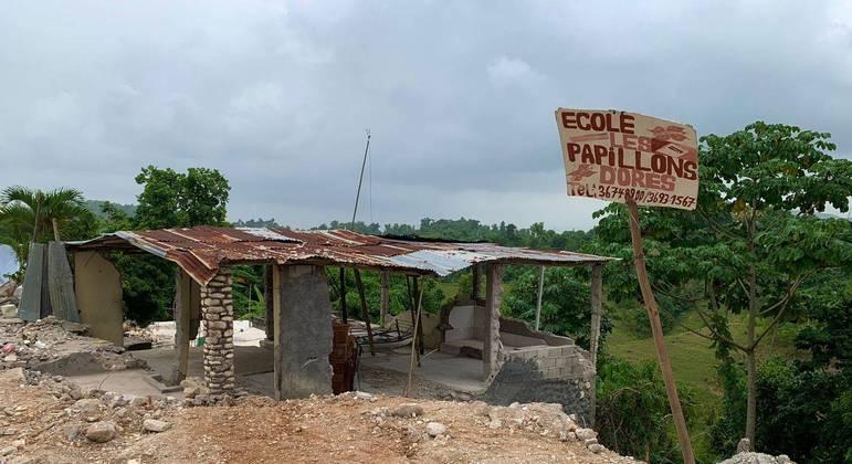 Escola improvisada em escombros após o terremoto no Haiti