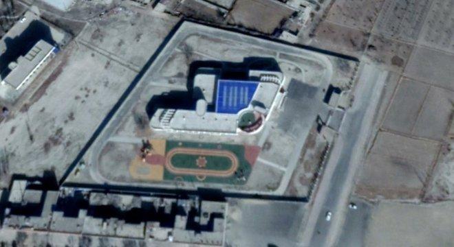 A escola primária Youyi em Xinhe tem espaço para 700 crianças, 80% das quais são de minorias de Xinjiang