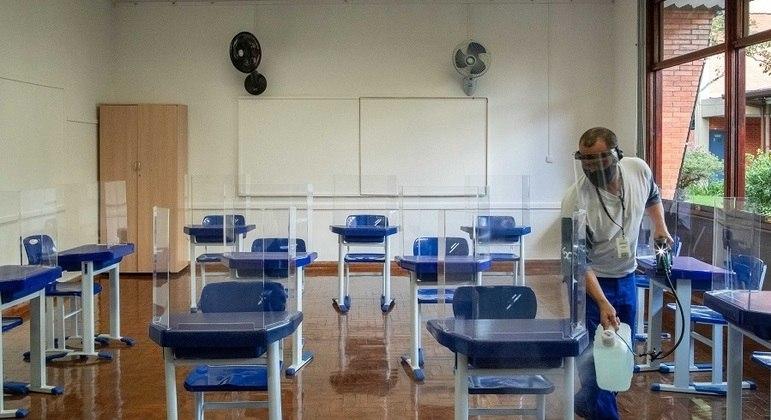 Sindicato diz que 500 escolas de SP não têm condições de retomar aulas por falta de limpeza