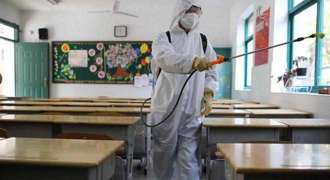 Sala de aula sendo higienizada; fechamento de escolas ajuda a evitar também a contaminação de adultos