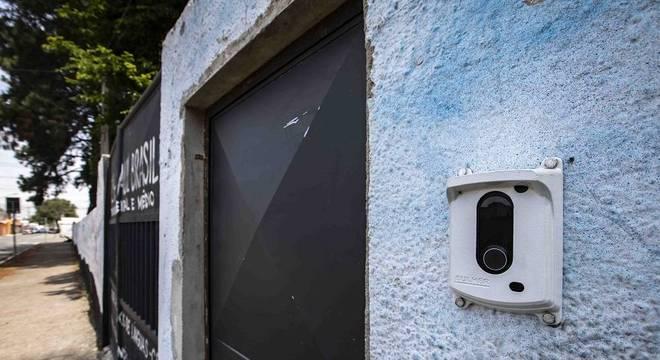 Agora com portões fechados, escola usa interfone para controlar entrada de não alunos