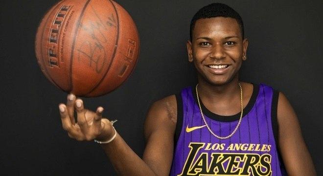 Apesar da cicatriz, José Vitor não sente dores e ainda joga basquete, sua paixão