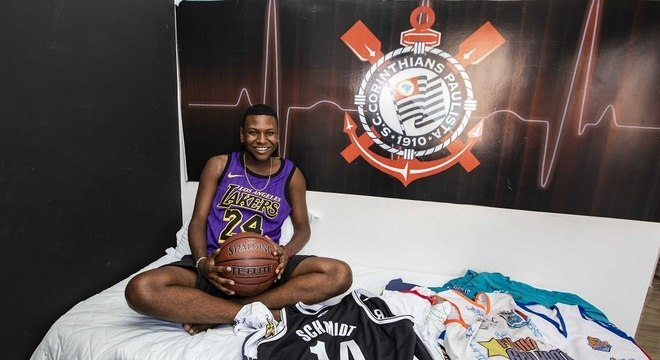 Corintiano, José exibe alguns dos presentes que ganhou de jogadores de basquete