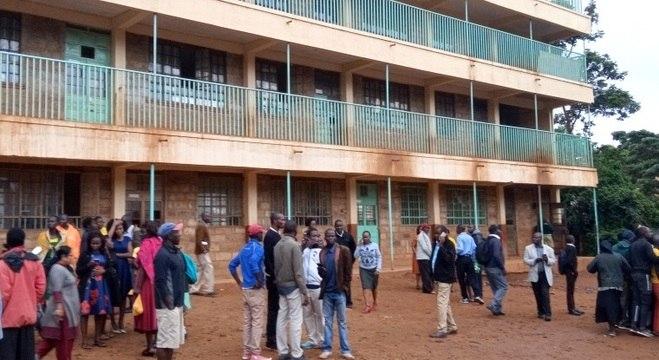 Pais de alunos se concentram diante da escola onde aconteceu a tragédia