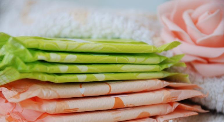 Parlamentares acham que dar oito absorventes por mês levará mulheres de volta às salas de aula