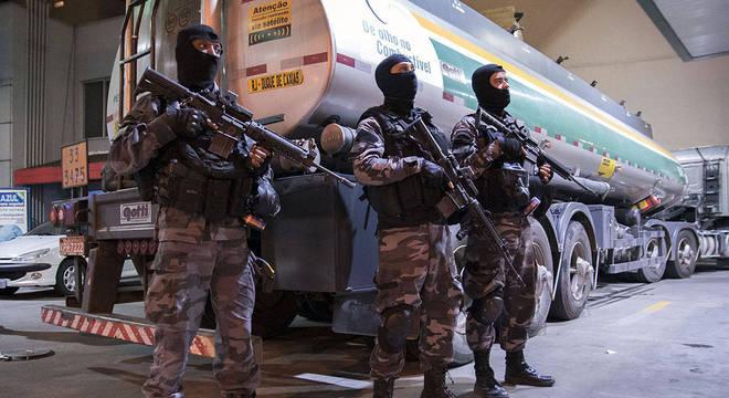Polícia Militar escolta caminhão-tanque na zona norte do Rio de Janeiro