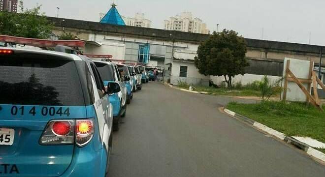 Veículos de escolta em frente a penitenciária de São Paulo