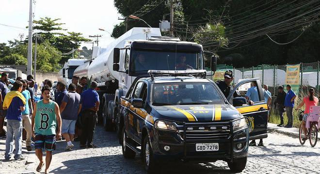 Escoltas da PRF têm garantido o abastecimento nas grandes cidades
