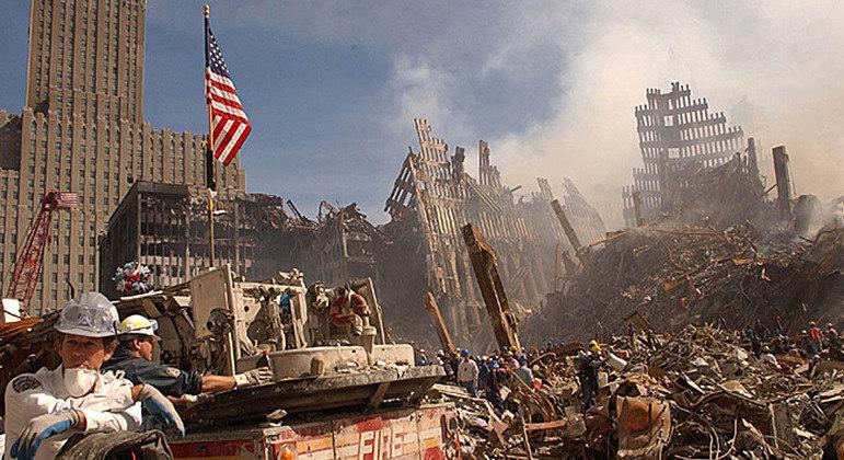 Bombeiros trabalharam por semanas em escombros das torres do World Trade Center