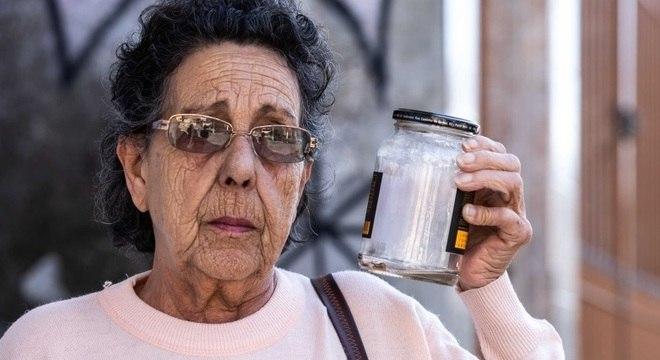 Dona Fracinete mostra o escorpião que encontrou na janela do banheiro