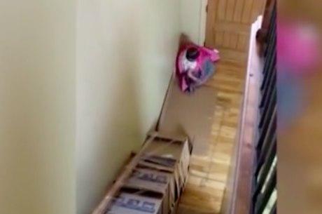 Pai fez escorregador nas escadas de casa