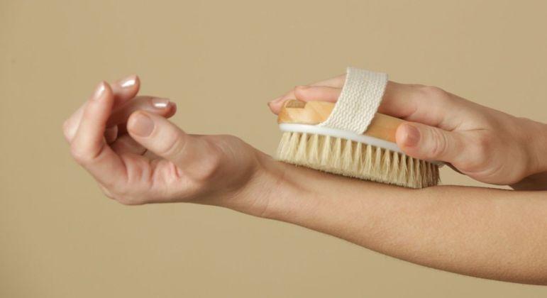 Escovação a seco: saiba os benefícios da técnica para a pele