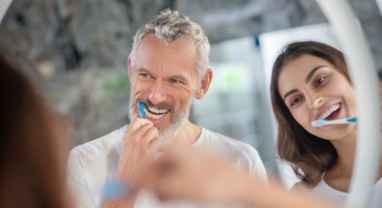 Escovar os dentes ao menos duas vezes ao dia pode ser útil na prevenção contra a gengivite