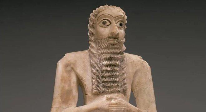 Os sumérios fizeram certas esculturas de suas santidades aumentando anormalmente seus olhos