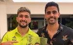 Campeão com o Flamengo na última Libertadores, De Arrascaeta também ganhou uma homenagem do artista, que fez o atacante rubro-negro ao lado de sua mulher Camila Bastiani