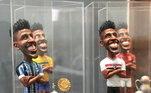 Lateral-esquerdo do Grêmio, Cortez teve quatro esculturas de barro presenteadas, cada uma mostrando os títulos e as equipes em que o brasileiro jogou