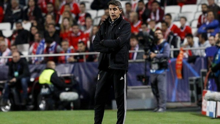 ESFRIOU - A ida de Bruno Lage, ex-técnico do Benfica, para o Aston Villa esfriou nas últimas horas por conta de diversas manifestações dos torcedores do time de Birmingham pela permanência de Dean Smith.