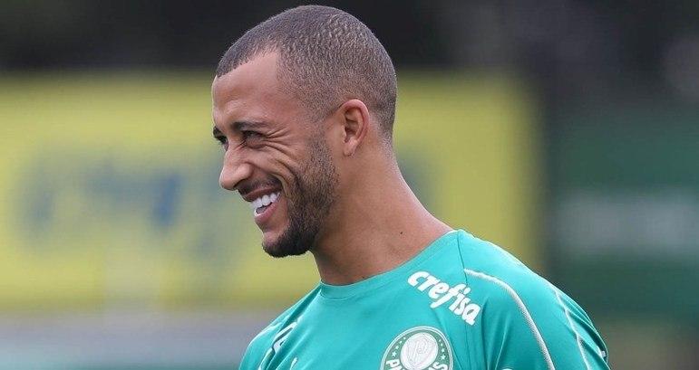 ESFRIOU – A negociação entre o zagueiro Vitor Hugo e o Trabzonspor foi paralisada. O clube turco não tem caixa suficiente para realizar a compra do atleta, no valor de 4 milhões de euros. Enquanto isso, o jogador segue no Palmeiras.