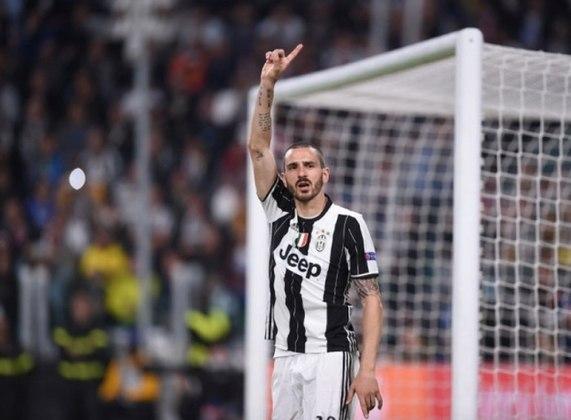 ESFRIOU - Ainda buscando um zagueiro, o Manchester City fez uma nova proposta por Leonardo Bonucci. De acordo com a