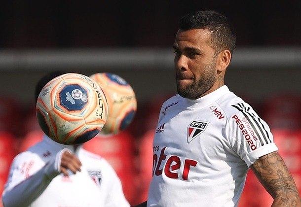 ESFRIOU - Daniel Alves concedeu longa entrevista coletiva virtual na tarde desta terça-feira e, embora tenha dito até que