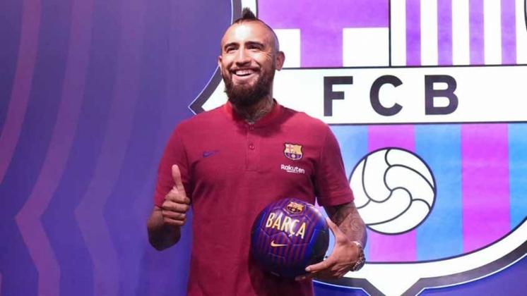 ESFRIOU - Em baixa no Barcelona, Arturo Vidal não sabe onde estará na próxima temporada. Com contrato até junho de 2021 com o clube catalão, o volante ve seu destino ser especulado semana após semana. De acordo com o chileno