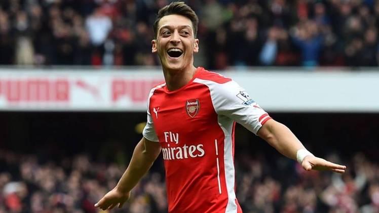 """ESFRIOU - O meio-campista Mesut Ozil não deve deixar o Arsenal nesta janela de transferência e irá cumprir seu contrato até o fim da próxima temporada, de acordo com o empresário do alemão, Erkut Sogut, em entrevista ao portal """"Fanatik""""."""