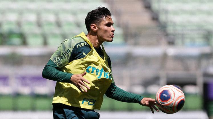 ESFRIOU - O Palmeiras recebeu uma consulta do exterior por Raphael Veiga, há cerca de 20 dias, e não se interessou em liberar o jogador. O Al Ahli, equipe dos Emirados Árabes Unidos, procurou o clube, com a intenção de levar o meia por empréstimo, mas o modelo da negociação foi reprovado pela diretoria.
