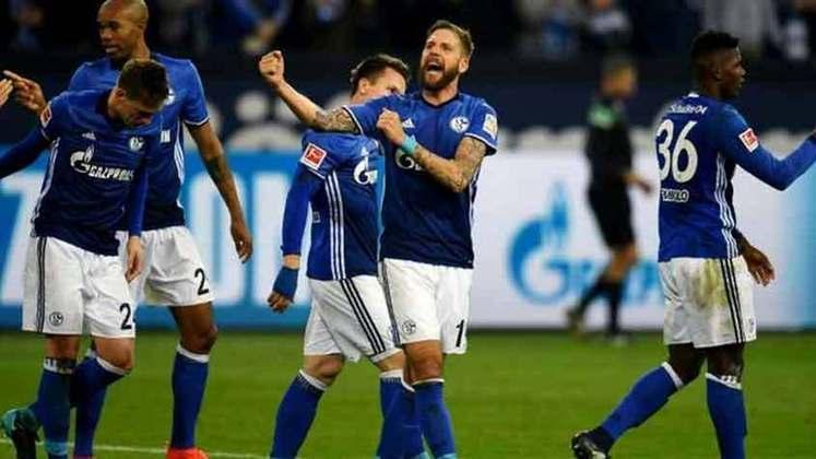 ESFRIOU - O Schalke irá adotar um teto salarial no elenco profissional, de acordo com o Süddeutsche Zeitung. O objetivo é trazer alguma estabilidade à situação financeira do clube. De acordo com reportagem, o máximo que um jogador poderá receber é €2,5 milhões anuais (R$16 milhões). Isso pode afastar alguns novos jogadores da equipe alemã.