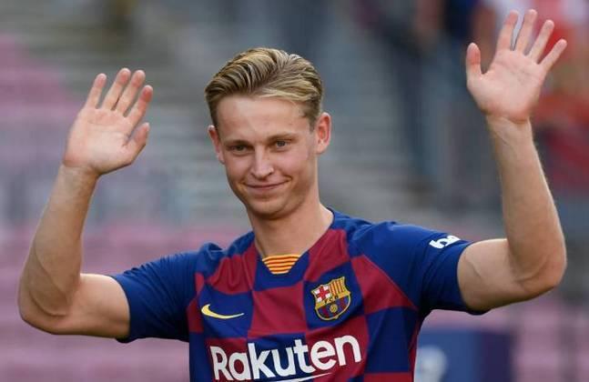 ESFRIOU - Segundo o jornal 'Sport', a Juventus procurou o Barcelona para tentar a contratação do holandês De Jong. No entanto, a investida foi negada de imediato pelo clube catalão que acredita no potencial do jovem.