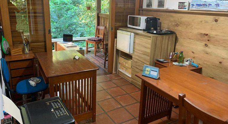 Espaço de imobiliária também funciona como área de coworking em Maresias