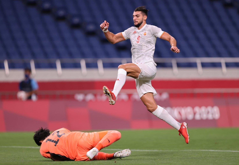 Rafa Mir disputa bola com o ótimo goleiro japonês Tani. Espanhóis tiveram poucas chances