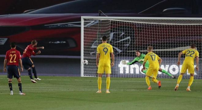 O momento do penal que Sérgio Ramos converteu, Espanha 1 X 0 Ucrânia