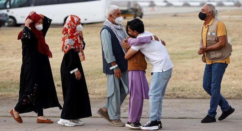 Refugiados afegãos se reúnem após chegada a aeroporto espanhol