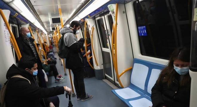 Pessoas usam máscara em metrô de Madri: Espanha tem mais de 172 mil casos de covid-19
