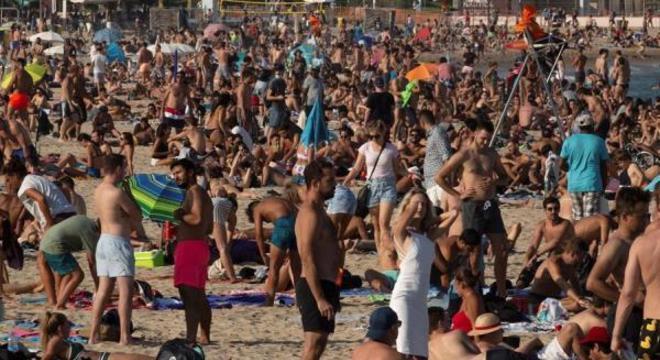 Praias na Espanha lotadas: OMS alerta para risco de diminuição de cuidados no verão